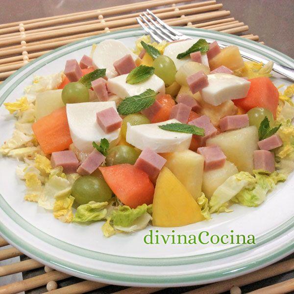 Esta ensalada de ensalada de fruta con mozzarella y jamón es una idea fresca y sabrosa para disfrutar de la mejor fruta de temporada.