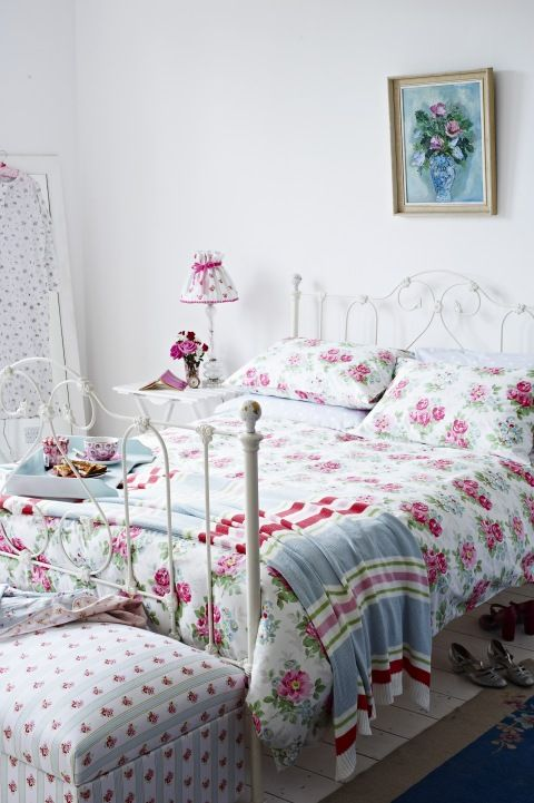 Cath Kidston bedroom, la cama es igualita a la mía, je je….classic example of why I like Cath Kidston's color savvy…RED with light blue used in fabric, ceramics, enamelware...
