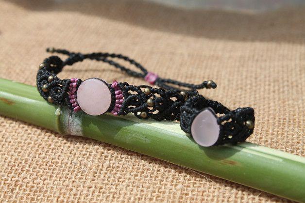 Conjunto de pulsera y anillo hecho a mano en macrame con piedra cuarzo rosa y cuentas bronce, el cierre de la pulsera es corredizo.