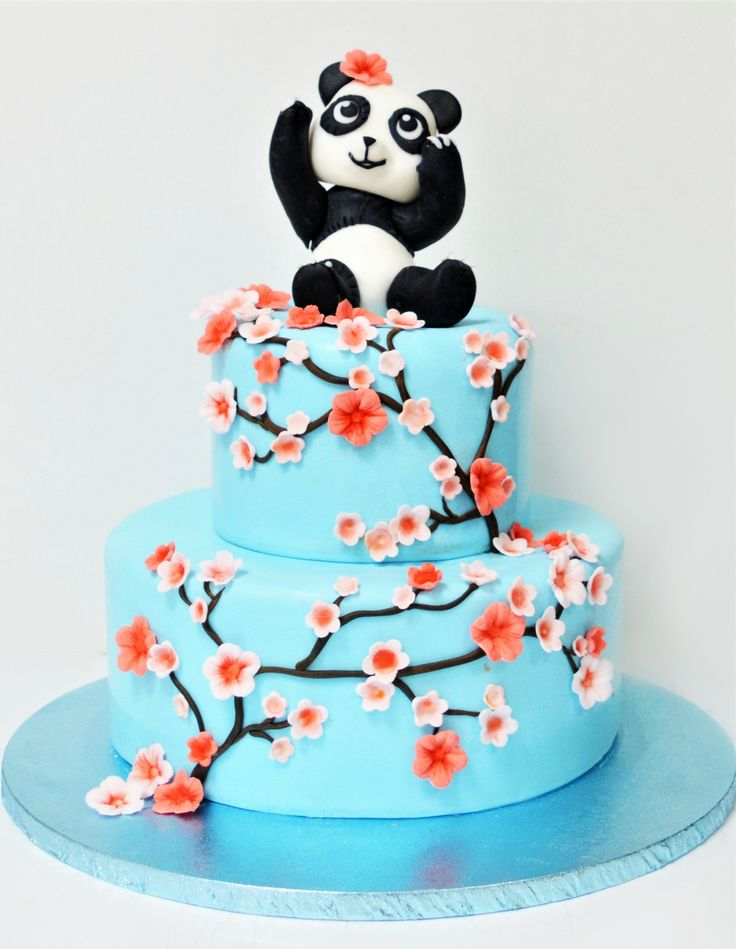 Bebe panda, o figurina tare dragalasa, a decis sa fie vedeta de pe tortul pregatit pentru petrecerea de botez, insa ne-a rugat sa il decoram si cu crengute si flori de cires. Pret: 350 ron (3.5 kg).
