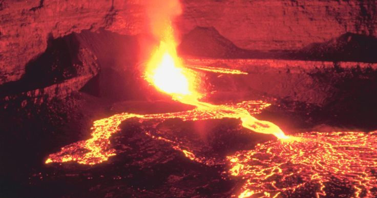 Qual a diferença entre o magma e a lava?. Montes de rocha derretida, ou magma, podem ficar presos entre a crosta fria e o manto quente da Terra. Como essa rocha derretida é menos densa do que a crosta e o manto, ela se força para cima através da crosta, escoando por suas fendas e falhas até irromper na superfície na forma de um vulcão. A diferença entre o magma e a lava é a sua ...