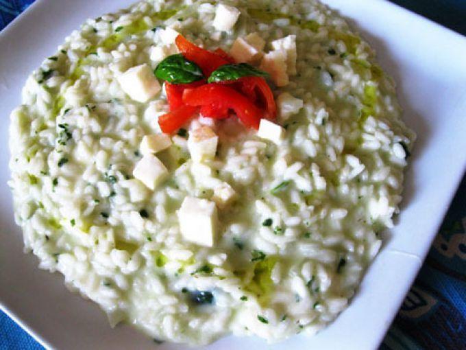 Per un buon risotto ci vogliono piccoli ma importanti trucchi. Come prima cosa saper tostare bene il riso, bagnarlo piano piano con un brodo o acqua salata, stare attenti al punto di cottura e mantecare alla fine con un buon burro o un formaggio...