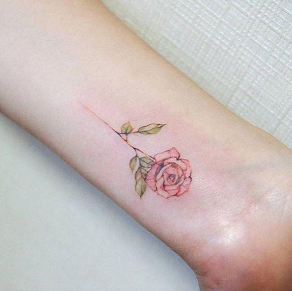 Tatuaje rosado elegante de Rose en la muñeca