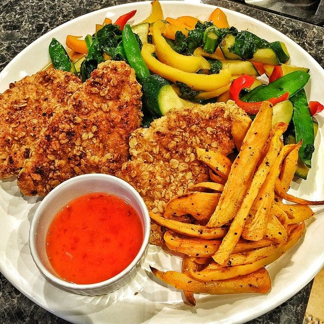 Winner winner Chicken dinner! Still on @thebodycoach Cycle 2 while awaiting Cycle 3. It's a training day meal today. Oven-fried Oat Crumbed Chicken, Sweet Potato Fries, Sautéed Vegetables & Sweet Chilli Sauce. Taste far to naughty to be allowed but it is! #90daysss #homemade #homecooked #healthy #fats #carbs #tasty #vegetables #protein #spice #SohGood #SohDelicious