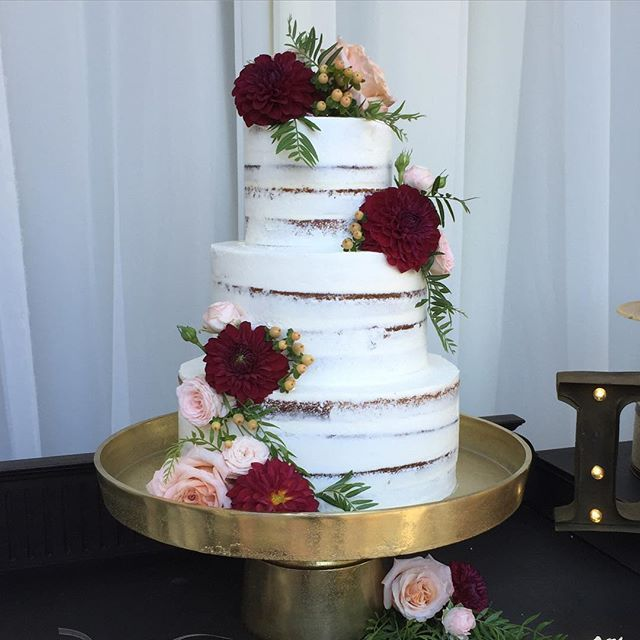 Dying over this crumb coat naked cake from yesterday's wedding @serraplaza with…