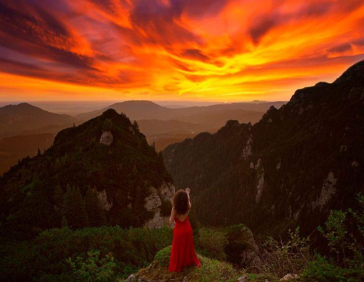 Woman In Red Dress. România magică, promovată printr-o colecţie impresionantă de fotografii