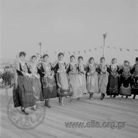Ψηφιοποιημένες Συλλογές Ε.Λ.Ι.Α.Πατσαβός, Αντώνιος (Φωτορεπορτάζ ΜΙΝΙΟΝ) Τίτλος Μεγαρίτικος χορός Τράτας. Τόπος Μέγαρα Χρονολογία 1960 δεκαετία