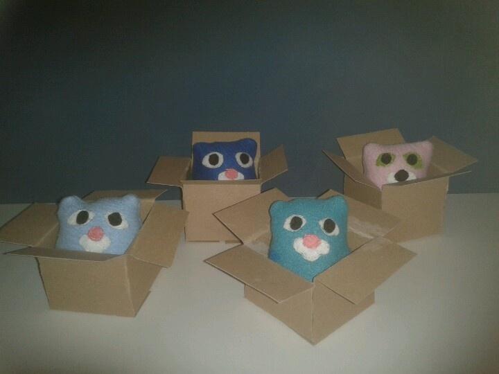 kleine baby rammelaars in de vorm van kittens van restjes fleece in kartonnen doosjes. Gemaakt met tutorial via: http://obsessivelystitching.blogspot.nl/2011/02/tiny-kitten-in-box.html. Toegevoegd voor dichtnaaien rammelaar in vulling. Eenvoudig rammelaar maken door een  plastic doosje van surprise ei te vullen met rijstkorrels.