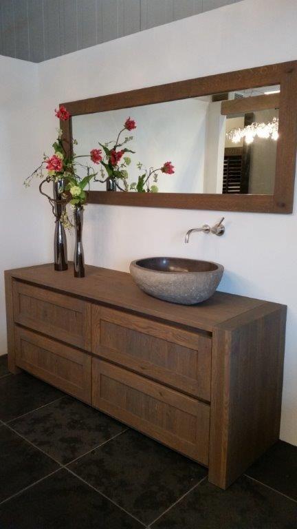 Maatwerk eiken houten badmeubel met kaderfront en 10cm dikke stollen en een uit natuursteen gehakte opzet waskom.