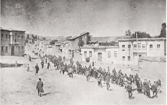 Civils arméniens emmenés par des soldats ottomans à Mezireh, avril 1915 (Croix rouge US/Wikimedia Commons) En cette année marquée par le centenaire du génocide arménien, il n'est pas trop tard pour découvrir, ou redécouvrir, « Le Conte de la pensée dernière...