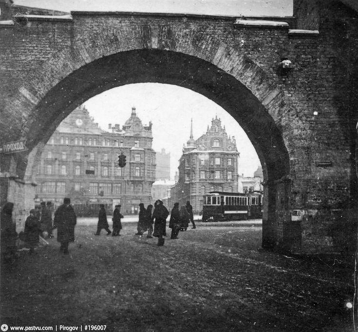 Владимирские ворота. Вид на Лубянскую площадь. Сейчас этот вид полностью утрачен. 1932 год
