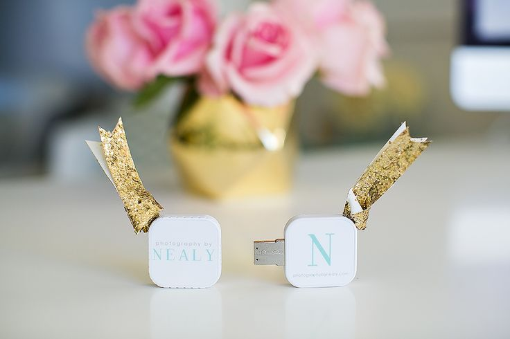 I've been so excited to share my new custom USB drives! As disc drives have become more and more obsolete on new computers, I thought it was the perfect time for a change. I just love how they turned out and am super excited to present these to my clients!They are small, easy and fast! …