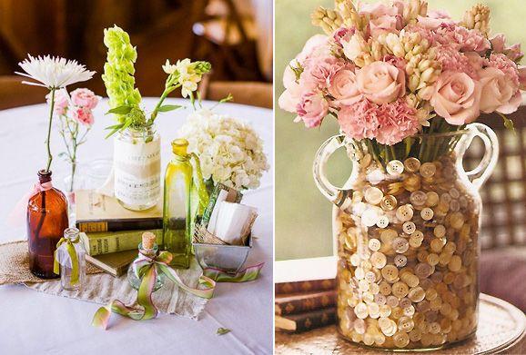 Jarrones repletos de botones y flores o pequeñas botellas de cristal con unas pocas. La cantidad y el tipo de flores elegidas pueden marcar el estilo del centro de mesa. Fotos: Ruffled Blog y Tiny White Daisies.