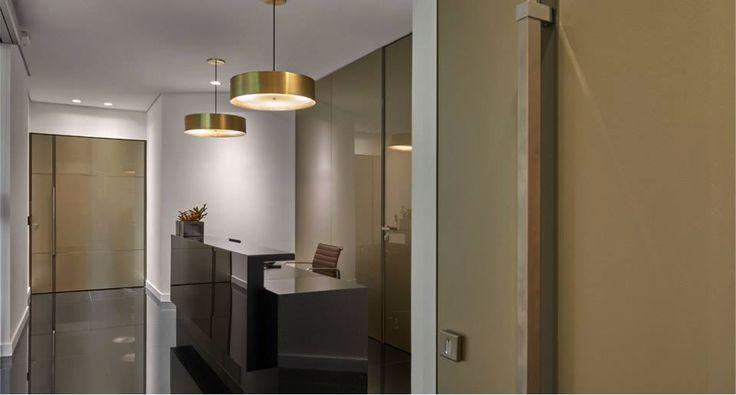 As Portas e Revestimentos em Vidro Metallizzato Prada, da Sumisura, dão todo o requinte à recepção do escritório de uma mineradora, projetado pela competente Jaqueline Frauches. Muito sofisticado!! #arquitetura #architecture #design #vidro #projeto #corporativo