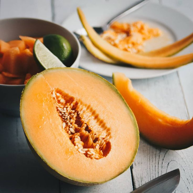 Have you ever tried cantaloupe water? We had it last week in Mexico and it was amazing, so fresh! Just mix water with a bit of ice, your lovely melon and enjoy 😍 #cantaloupe #melon #water #new #recipe #summer #drink #mexico #inspired #fresh #foodphotography #eeeeeats #thekitchn #onthetable #lifeandthyme #foodandwine #feedfeed @thefeedfeed #buzzfoodfeed #huffposttaste #ichliebefoodblogs #beautifulcuisine #hereismyfood #instafood