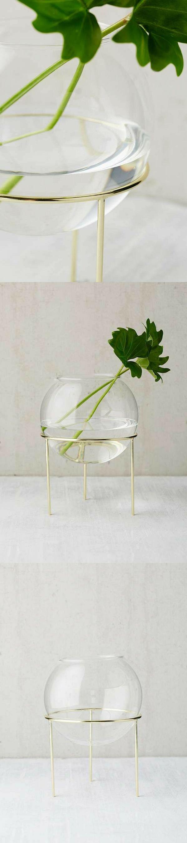 Cache-pot moderne et minimaliste en forme de globe en verre posé sur un trépied doré. Peut s'utiliser comme vase ou comme pot pour les plantes !