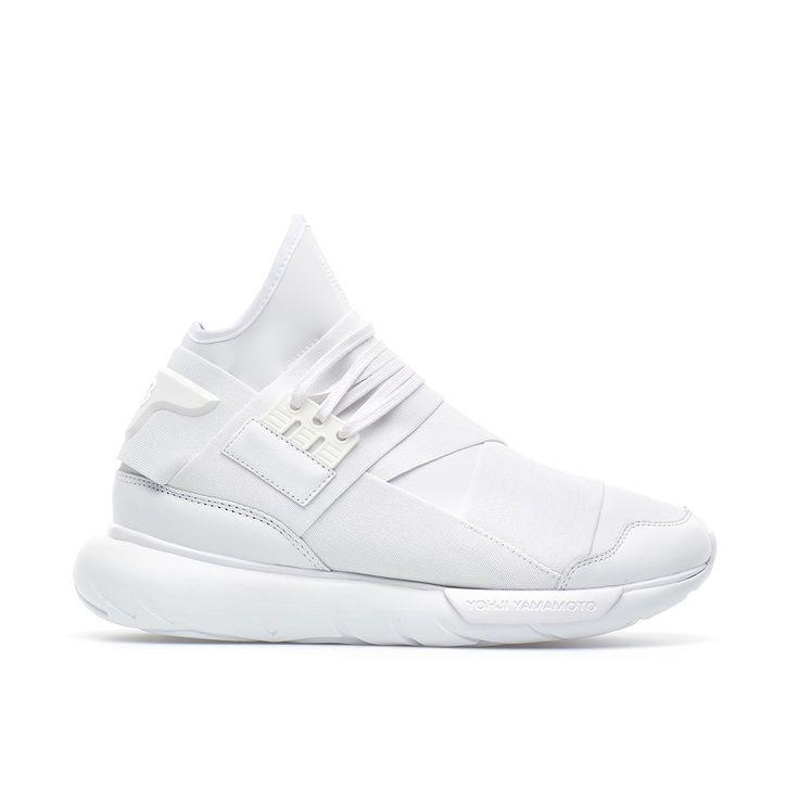 """Sneaker Qasa high dalla collezione P/E2016 Y-3 by Yohji Yamamoto in bianco Creata nel 2002, Y-3 è una linea realizzata da Yohji Yamamoto in collaborazione con Adidas: la """"Y"""" rappresenta il designer giapponese mentre il """"3"""" le tre inconfondibili strisce, logo del brand di sportswear. Le visioni ed innovazioni di Yamamoto si uniscono alle tecnologie di Adidas, per un prodotto finale ricercato d'avanguardia. Queste sneakers Qasa High sono della nuova collezione di Y-3, la linea di Yohji…"""