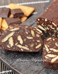 Pyszny blok czekoladowy. Bardzo łatwy i szybki do przygotowania. Wystarczy połamać orzechy i herbatniki, wymieszać z resztą składników, owinąć w...