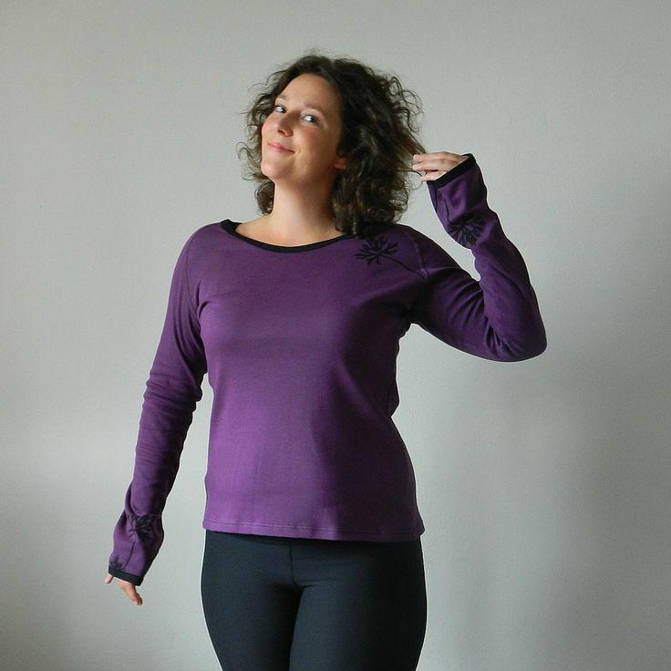 Triko..ostružina.....L/42 Pohodlné tričko je ušité z velmi příjemných materiálů. Složení úpletu je 100% bavlna. Fialová s černým lemováním a černým potiskem. Velikost: větší L Rozměry trika: Prsa: 100 cm Pas: 90 cm Boky: 102 cm celková délka: 67 cm Na přání Vám ušiji tričko i v jiné velikosti...