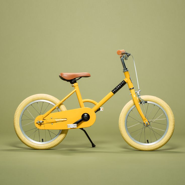 The Veloretti Maxi – Bananarama is the perfect first pedal bike for your child. This stylish pedal bike is perfect for kids that are ready to discover the world on their own. With the Veloretti Maxi -Bananarama, kids can learn how to ride a bike safely thanks to the equipped hand brakes and stabilizers.