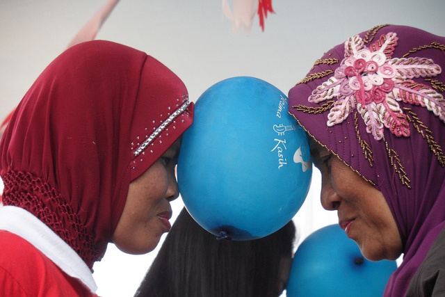 mothers are preparation for dancing baloon