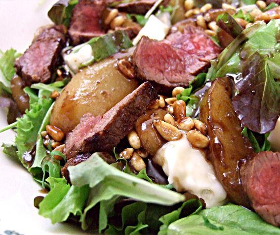Deze salade met reepjes biefstuk en warme peer is geïnspireerd op een recept van Lorraine Pascale. In de koelkast had ik nog wat conference peren liggen die op moesten en ik kon me nog een salade uit een …