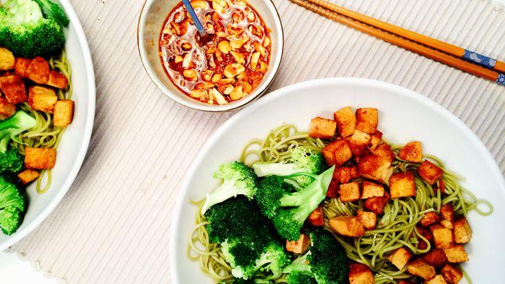 Lyst på noe nytt og spennende til middag? Prøv sunne sobanudler med grønnsaker, tofu og en sterk peanøttdressing!