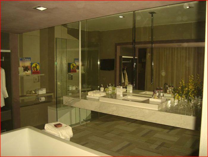 <p>Para limpar muito bem vidros e espelhos faça o seguinte : -Encher um borrifador até a metade com agua e a outra metade com vinagre branco eálcoolem partes iguais. -Acrescentar 1 gota de detergente para lavar pratos, fechar e sacudir para misturar. Na hora de lavar os vidros/espelhos , borrife …</p>