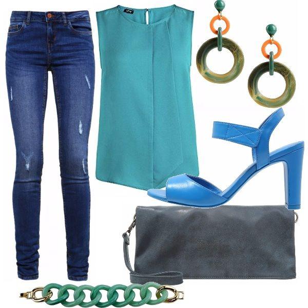 Look casual chic per un aperitivo serale. Jeans skinny abbinati ad un top verde acqua morbido, lunghezza alla vita. Sandalo azzurro e pochettina blue. Gli accessori riprendono il colore del top.