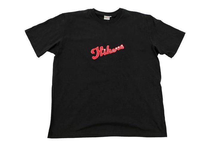 Sportowy T-shirt z nadrukiem w kolorze czerwonym. Dla Panów o dużych rozmiarach ceniących sobie wygodę. Skład: 100% bawełna.