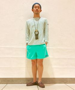 今日のグリーンのスタイリングは、オーシバルのボーダーシャツ、パラブーツのデッキシューズというフレンチスタイルをパタゴニアのショーツでさらにラフにくずしたコーディネートです!履いているSEEKのソックスは、履き心地やわらかなうえに見えない仕様で夏に持っておきたい一足です。
