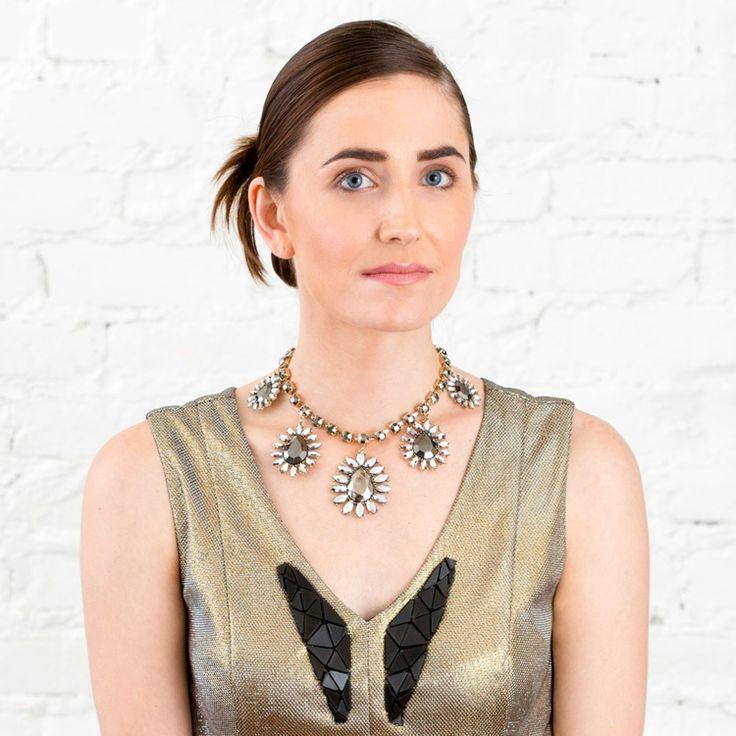 frisuren-selbermachen-festlich-haare-hochgesteckt-offen-tragen-halskette-kleid-modern-makeup