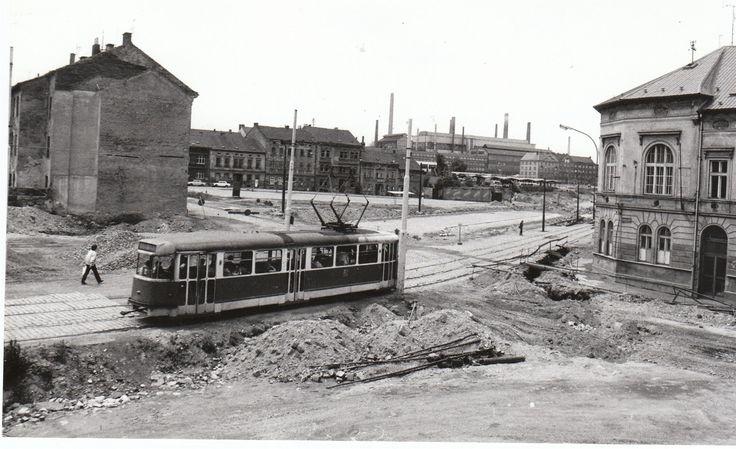 Křižovatka Přemyslovy ulice s Kotkovou a Kalikovou na snímku z roku 1981, kdy procházela celkovou rekonstrukcí. Dnes je zde čtyřproudá silnice a tramvaje jezdí středovým pruhem.
