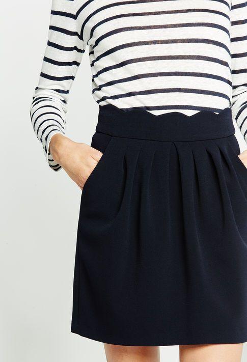 La marinière se porte aussi en mode plus urbain, avec une petite jupe comme chez Claudie Pierlot