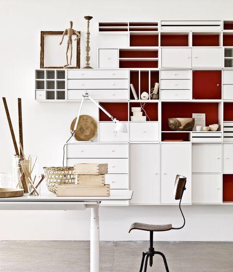 Me gusta el contraste de color del mueble con el fondo (la pared) de color. Aunque algunos espacios los veo pequeños, éste puede ser buen recurso para el color