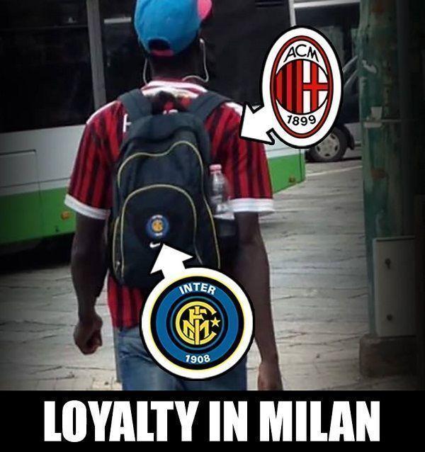 Nosi plecak Interu Mediolan i koszulkę AC Milan • Tak wygląda lojalność w stosunku do klubu piłkarskiego w Mediolanie • Zobacz >> #acmilan #milan #football #soccer #sports #pilkanozna