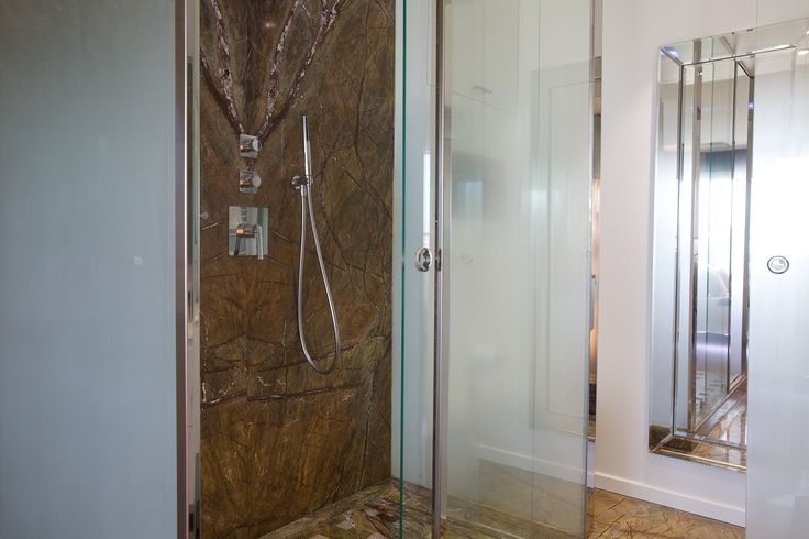 Salle de bain contemporaine Douche en marbre  d'Inde posé à livre ouvert Plafond de douche Antonio Lupi  by Michele Boni Interior designer www.michele-boni.com