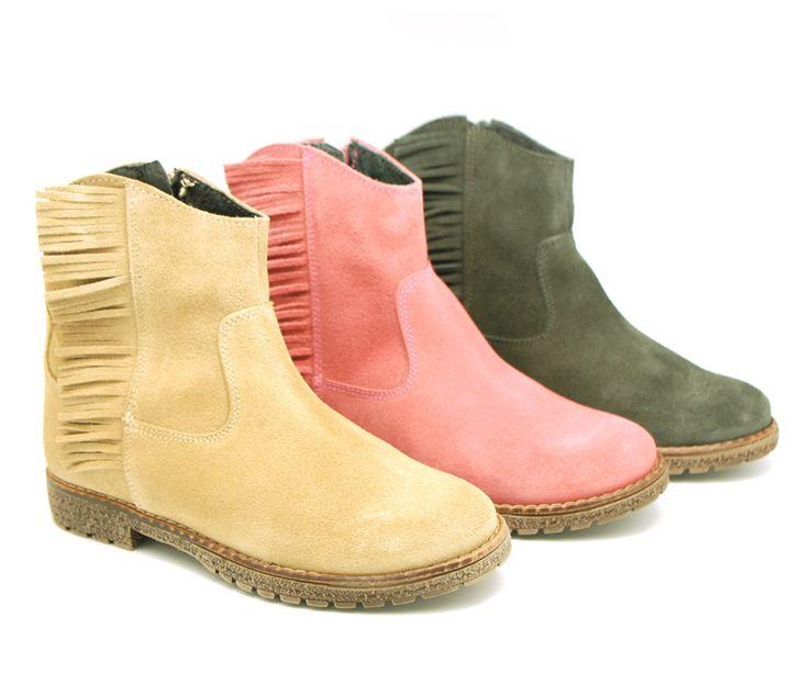 Tienda online de calzado infantil Okaaspain. Calidad al mejor precio fabricado en España. Botín en serraje con flecos y cremallera.