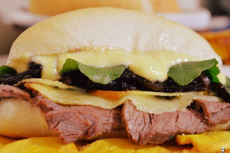 Sanduíche de rosbife -http://camilanacozinha.com/2014/12/19/sanduiche-de-rosbife-e-chips-de-banana-da-terra/