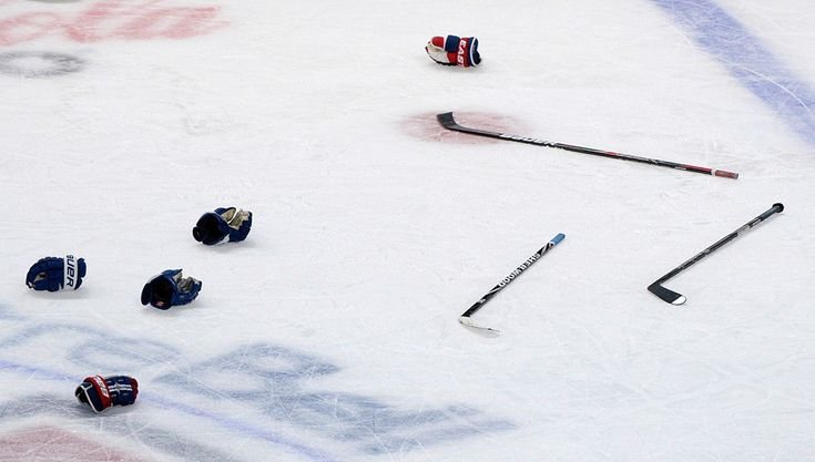 IlPost - Montreal, Canada - Mazze e guanti dopo una rissa tra i giocatori dei Montreal Canadiens e quelli dei Toronto Maple Leafs, della NHL, il 9 febbraio 2013. (AP Photo/The Canadian Press, Graham Hughes)