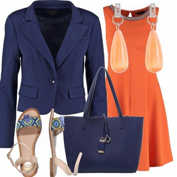 Un colore che risalta l'abbronzatura l'arancio del vestito, da indossare con accessori nei toni del blu: la giacca di taglio classico, la borsa capiente e i sandali con un motivo di perline . Completano il tutto gli orecchini pendenti color albicocca. Decisamente comodo e adatto a mantenere il buon umore delle vacanze anche al lavoro!