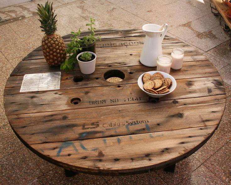 Mesa para exterior feita a partir de uma bobine de cabo eléctrico.  Exterior table made with cable spools.