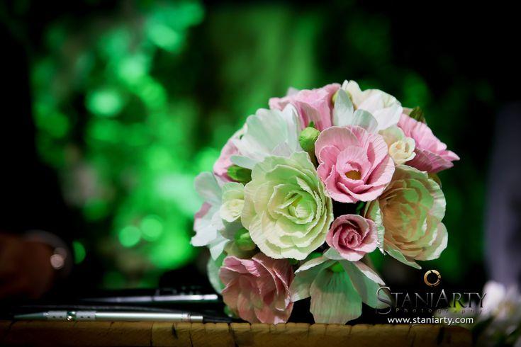 Bouquet de Flores de Papel crepom feito pétala a pétala pela artista plástica Carmen Rein. Uma obra de arte eterna com rosas, botões, peônias e orquídeas.