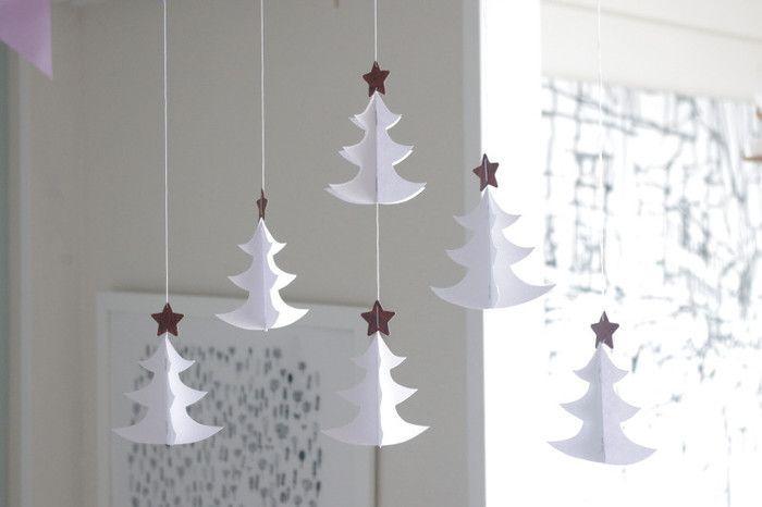 緑のツリーもいいですが、雪のような白も◎上に金色の星を付けると、一気にクリスマスっぽくなりますね♪