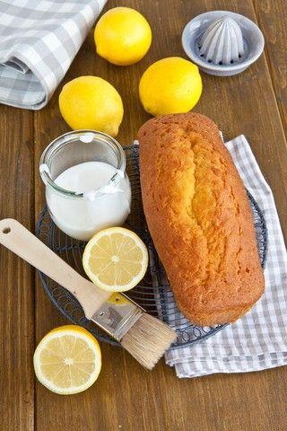 Formkake med sitron  Oppskrift formkake 200 g smør 200 g sukker 4 egg 200 g hvetemel 2 ts bakepulver 2 ts vaniljesukker Skall av 1 økologisk sitron, finrevet Saft av ½ økologisk sitron Visp smør og sukker hvitt og og visp deretter inn eggene, ett om gangen. Visp inn mel, bakepulver og vaniljesukker. Til slutt visper du inn sitronskall og sitronsaft. Hell røren til formkaken i en smurt brødform og stek på nederste rille ved 180 grader i 25-30 minutter. Glasur: 3 dl melis 3 ss vann Visp…