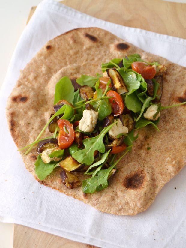 Salada de beringela e tomate cereja assado com queijo de caju em pão chato // Roasted eggplant and tomato salad with cashew cheese on flatbr...