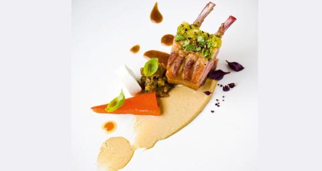 Lamsvlees met aubergine, geitenkaas en geroosterde paprika - Recept | VTM Koken