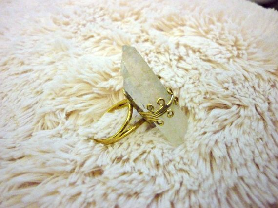 Cristal anillo de latón con punta de cuarzo. por Amanur en Etsy