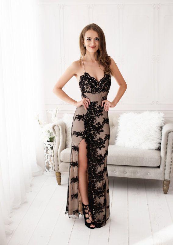 54172b26c684 Dámské společenské dlouhé šaty se špagetovými ramínky. Šaty mají béžový  podklad - nahoře černá krajka