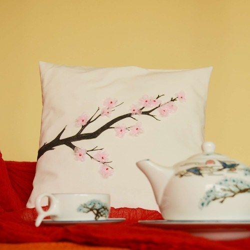 Polštářek, ušitý na počest Hanami, japonského svátku kvetoucích sakur...